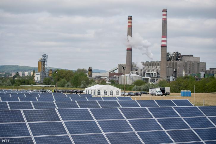 Napelemek a pécsi fotovoltaikus erőműben. A beruházásnak köszönhetően éves szinten akár 15 ezer tonnával is csökkenhet az ország szén-dioxid-kibocsátása. A háttérben a pécsi hőerőmű