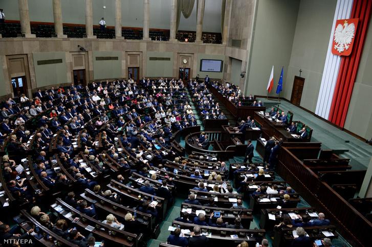 A lengyel parlament alsóházának tagjai szavaznak a legfelsőbb bíróságról szóló törvényjavaslatukról a varsói parlamentben 2017. július 20-án