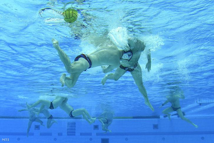 Egy felnőtt csapatnál kábé a második másodpercben fuga lenne belőlem a medence alján