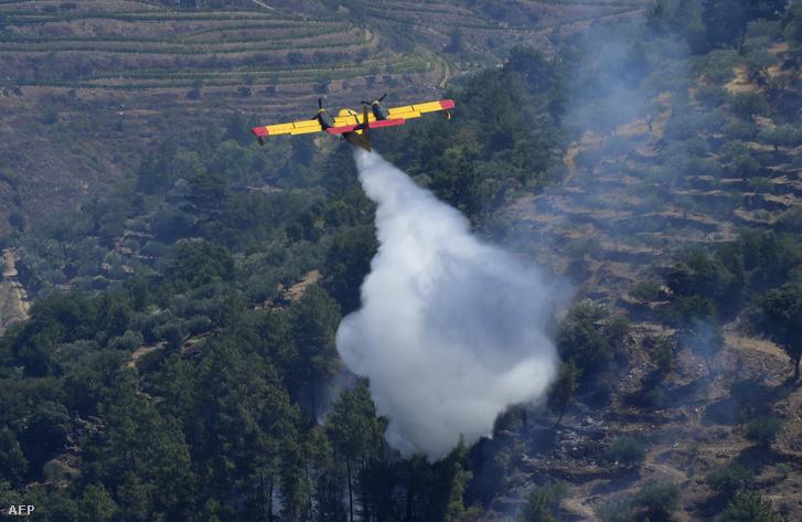 Tűzoltórepülő Portugáliában, 2017. július 18-án.