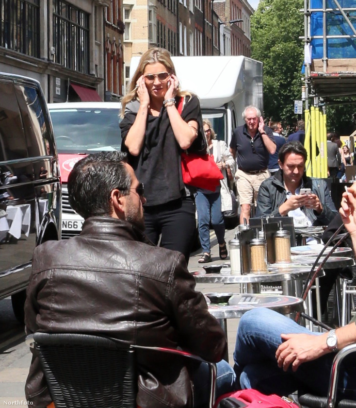 Amint az látszik, a szupermodell már közeledik is az étterem/kávézó, teraszos kiülős helységgel rendelkező egység felé.