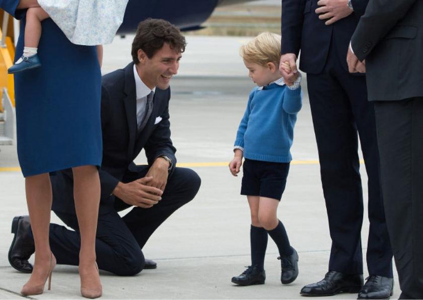 A kanadai miniszterelnök, Justin Trudeau a nők nagy kedvence, Györggyel azonban nem volt ilyen könnyű dolga: Trudeau pacsit akart adni a kis trónörökösnek, de ő határozott fejcsóválással elutasította.