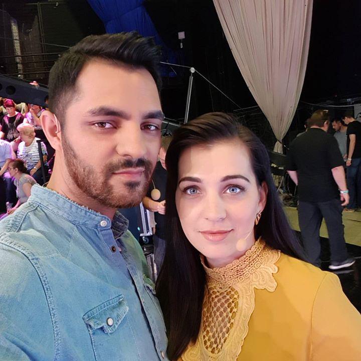 #nincsefffektaszemen #tenylegkekneki - írta Oláh Gergő a feleségével közös fotóhoz.
