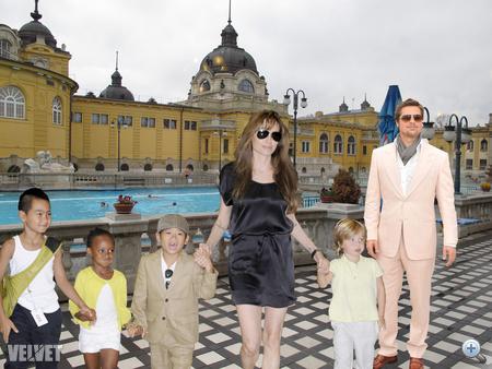 A mindig makulátlan Brad Pitt a Vidámparkból a közeli Széchenyi fürdőbe vitte a családot, a jöl öltözött gyerekek alig várják, hogy a gyógyítómedencékbe vessék magukat. Brad Pitt büszkén örül nagyszerű programötletének.