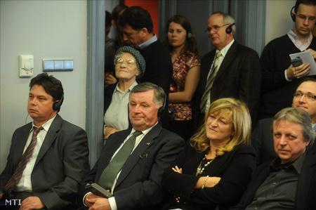 Csomós Miklós főpolgármester-helyettes (balra), Németh Miklós volt miniszterelnök és Schmidt Mária a múzeum főigazgatója (jobbról a második) az egykori berlini fal darabjának avatási ünnepségén a Terror Háza Múzeumban (Fotók: Koszticsák Szilárd)