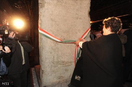 Dagmar Schipanski, a thüringiai országgyűlés volt elnöke avatta fel a berlini fal egykori darabját