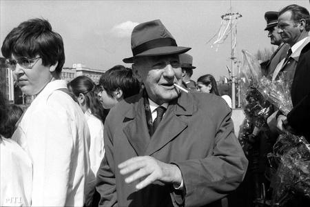 Budapest, 1982. május 1. Kádár János, az MSZMP Központi Bizottságának első titkára a felvonulók között (Fotó: Manek Attila)