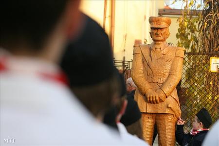 Nagykanizsa, 2008. november 16.: a Kálvin téren Horthy Miklós emlékünnepélyt tartottak. A rendezvényen lelepleztek egy Horthy Miklós-szobrot, de a megemlékezés végén elvitték, mert nem kaptak még engedélyt a felállítására. (Fotó: Varga György)