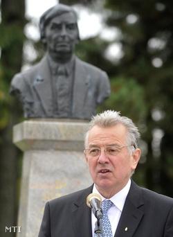Schmitt Pál köztársasági elnök 2010. október 2-án megkoszorúzta Antall zágrábi szobrát (Fotó: Illyés Tibor)