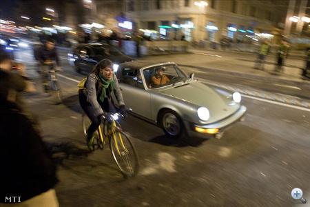 Egy oldtimer Porsche haladt át elsőként a hídon