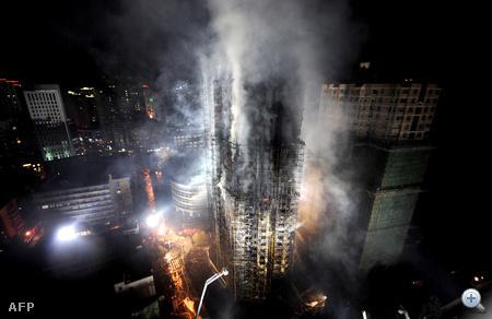 Hétfőn tűz ütött ki egy felhőkarcolóban Sanghaj központjának egyik sűrűn lakott városnegyedében.