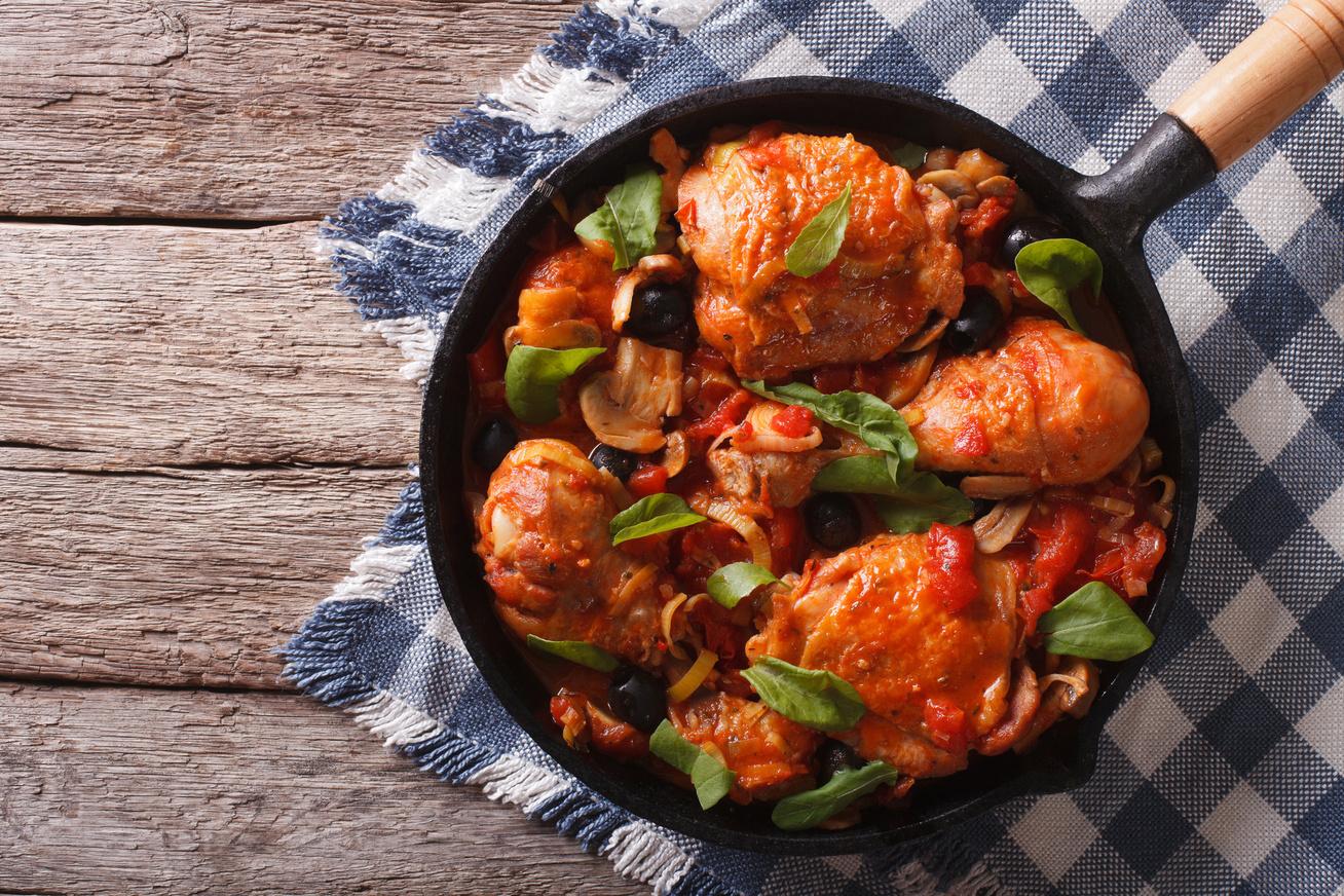 Serpenyőben sült paradicsomos, gombás csirke: szétomlik a hús a szádban