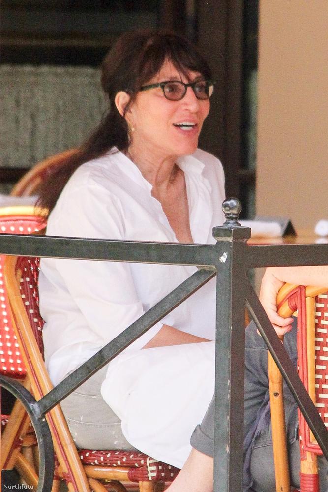 Ezen a képen Katey Sagal, azaz a Rém rendes családból ismert Peggy Bundy épp egy barátjával ebédel és beszélget