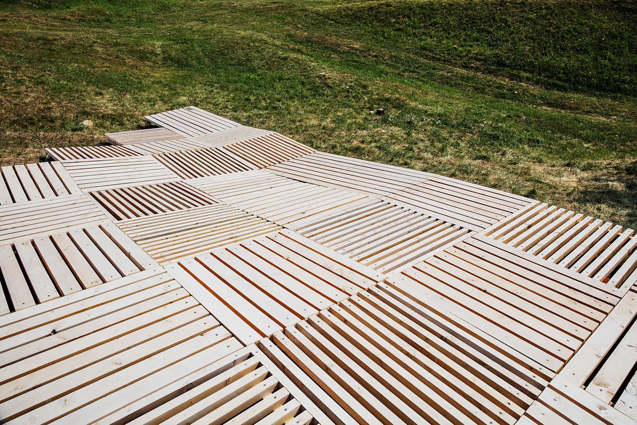 8. TÁJSIMOGATÓ (Soproni Egyetem – Alkalmazott Művészeti Intézet) Tájsimogató, így nevezik kedvesen és egyben pontosan a soproni csapat tagjai installációjukat. Az abaújszántói felső pincesor fölötti Sátor-hegyre tervezték a domborzatot lágyan követő pihenőjüket. A mesterséges ácsolat elválaszt és kényelmes leülési, heverészési helyet teremt a kerékpárút és turista út mentén az oda vetődő embereknek.