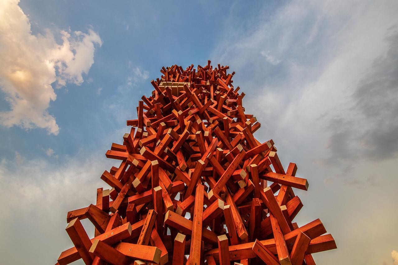 """3. XYZ (Budapesti Műszaki Egyetem)A BME hallgatói a tokaji Bodrog-partra terveztek installációt, amely messziről látható jelzés a vízitúrázók részére. A """"találkozások"""" tornya fizikai értelemben a vízi és autóút találkozása, valamint a helyi tradíciókat és kortárs kultúrát ötvöző kulturális fesztivál helyszínének kereszteződése.A rögzítés nélkül, szabálytalanul egymásba kapaszkodó elemek, mintha egy-egy itthagyott emlék foszlányai, tárgyi realizációi lennének."""