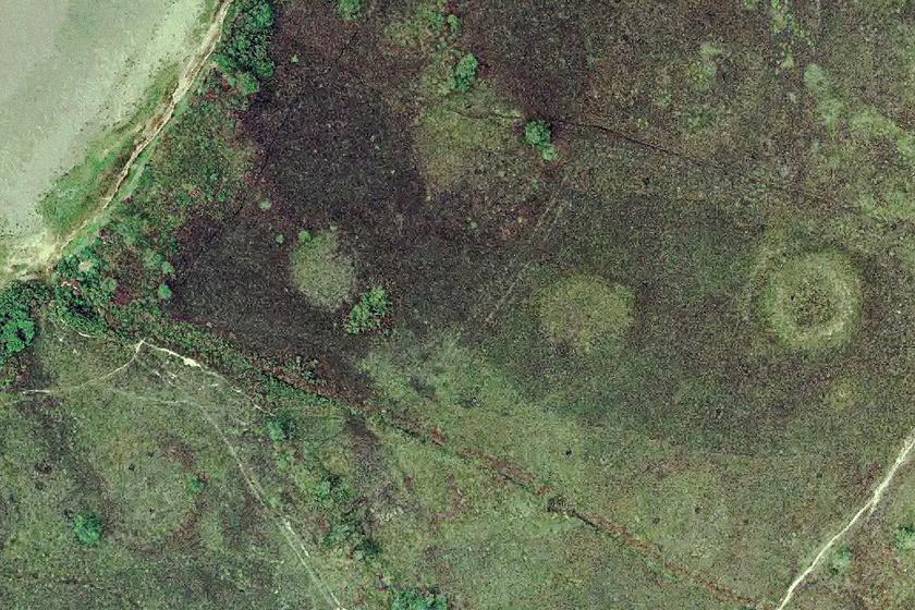 A körök átlagosan 20 méter átmérőjűek, és legalább háromszáz évesre becsülik őket. Sokan úgy hiszik, akár földönkívüliek nyomai is lehetnek, mások meteoreső nyomait feltételezik bennük. További magyarázatok szerint ezek mindössze egykori kertek, kunyhók nyomai, vagy trágyakészítésben használatos gödrök lehettek. Biztos válasz arra, mik ezek, máig nincs.