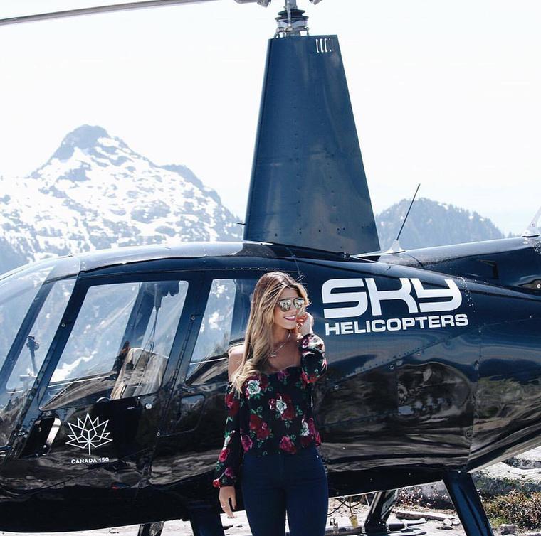 A helikoptereket már csak azért is imádja, mert ott landolhat, ahol csak akar, és ha kedve szottyan hozzá, bármikor megállhat a levegőben, hogy megörökítse a gyönyörű látképet.