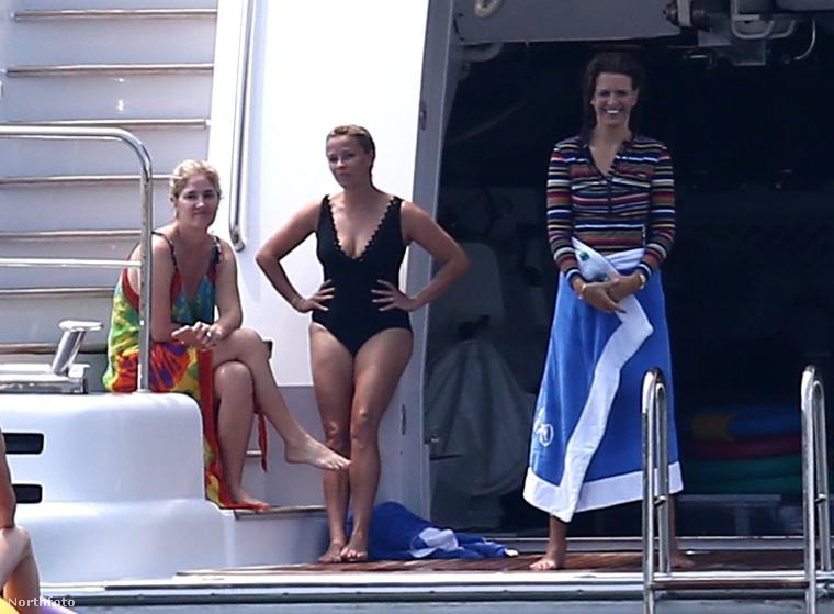 A színésznőnek három gyermeke van, és kijelenthetjük, hogy az alakja nem szenvedett csorbát egyik terhessége miatt sem, ezért érthetetlen is, hogy miért egyberészes fürdőruhát választott a szórakozáshoz