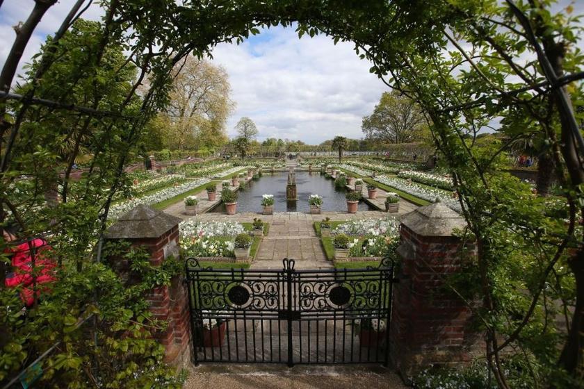 Fehér kertnek vagy Diana-kertnek nevezik a palota kertjében kialakított új részt.