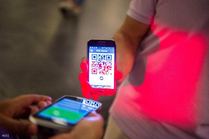 Utas elektronikus bérletét ellenőrzi egy jegyellenőr