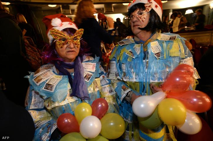 A karácsonyi lottóhúzás nagy esemény, sokan beöltözve várják a nyerőszámokat
