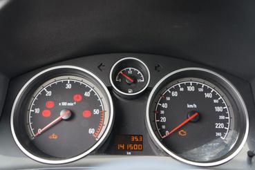 Hagyományos Opel műszeregység