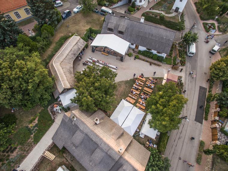 Volt egyszer, 2012-ben egy fesztiválnak még nem nevezhető buli Paloznakon, a Homola pincészet udvarán, ami nagyjából 1000 embert tett boldoggá