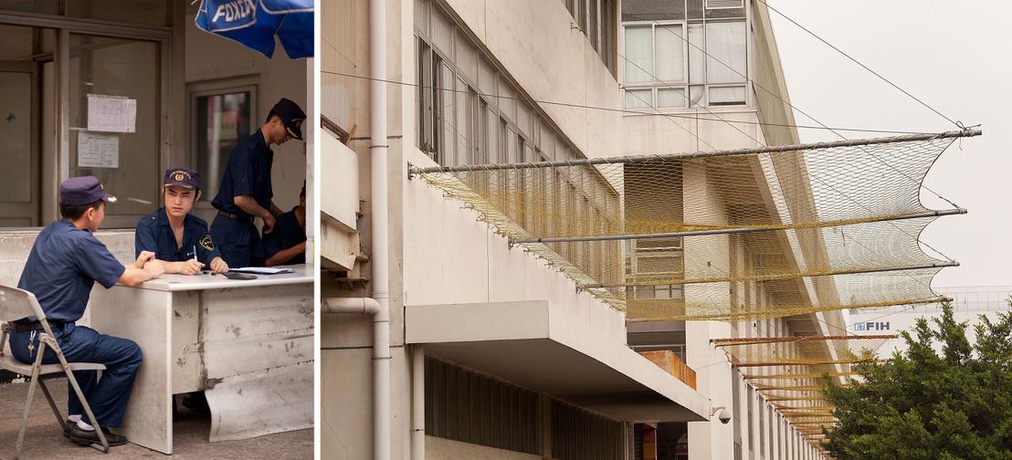 Biztonsági őrök és az ablakok alá feszített biztonsági háló a Longhua Scinence Technology Park (Foxconn városnak is nevezik) egyik épületén Sencsenben, 2011. április 18-án