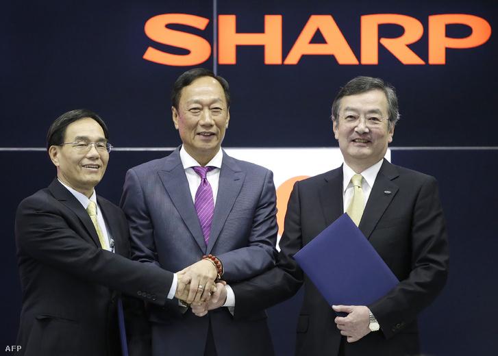 Terry Gou, Tai Jeng-wu a Foxconn elnöke és alelnöke Kozo Takahashi a Sharp elnöke Osakában, 2016. április 2-án