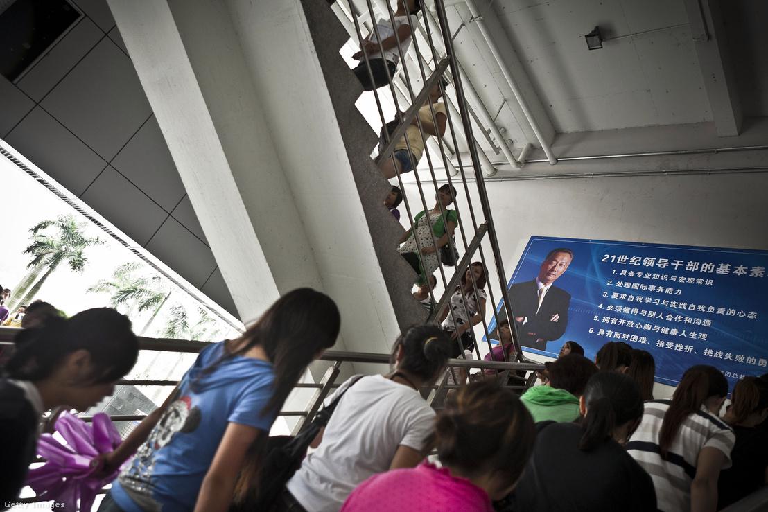 Terry Guo arcképe a Longhua Scinence Technology Park (Foxconn városnak is nevezik) egyik épületén Sencsenben