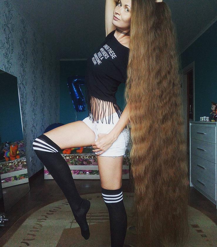 A 27 éves Daria Gubanova már 14 éve mond nemet a fodrászra, ami elég látványos következményekkel járt.Az orosz nő hajszerkezete annyira terjedelmes, hogy lassan a bokáját verdesi.