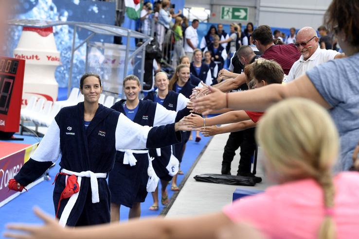 A magyar csapat tagjai a női vízilabdatornán az 5-8. helyért játszott Magyarország - Görögország mérkőzés előtt