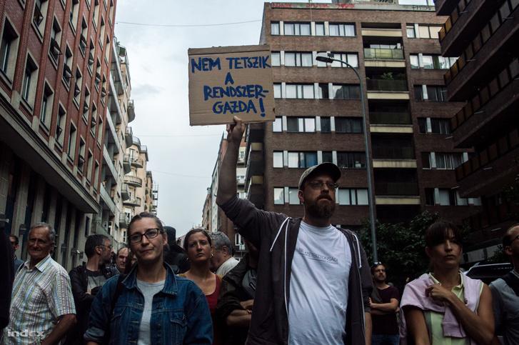Tüntetők a BKK Rumbach Sebestyén utcai központja előtt 2017. július 24-én