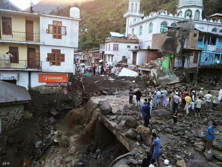 Túlélők után kutatnak egy az áradások következtében összedőlt ház romjainál Thatriban