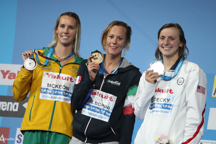 A győztes olasz Federica Pellegrini (k), a második helyezett amerikai Katie Ledecky (j) és a harmadik helyezett ausztrál Emma McKeon a női 200 méteres gyorsúszás eredményhirdetésén