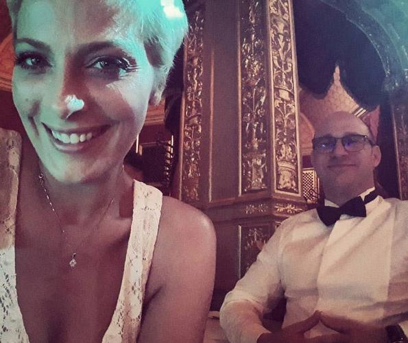 #mostlesifotósvagyok #szépruhásesteez #büszkefeleségvagyok #finagálakoncertenvagyunk - írta a fotóhoz Tatár Csilla.