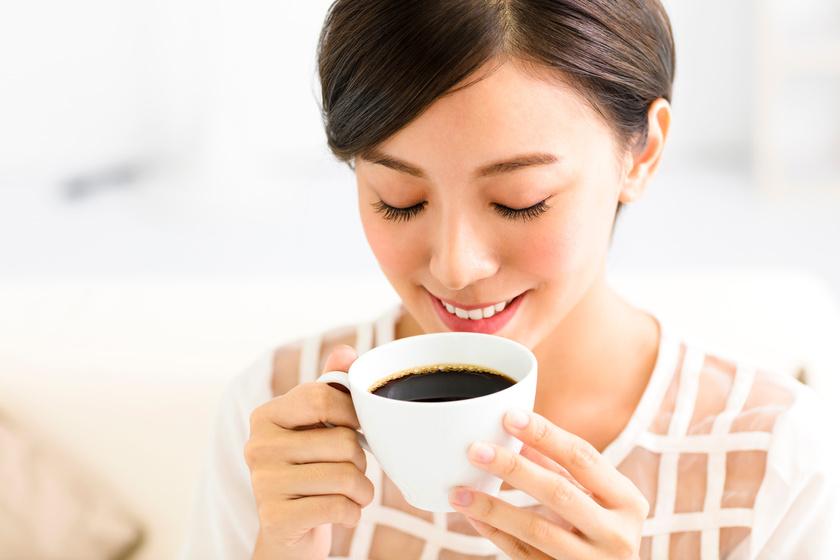 Te megiszod a kávét és a bort, ő egy vászonra keni: hihetetlen a végeredmény