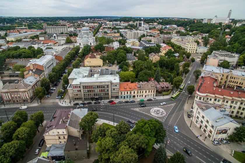 Kaunas terén távolról felsejlik a furcsa szimbólum.