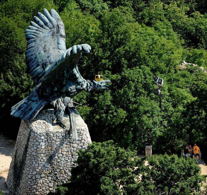 A tatabányai Turul-szobor a Kő-hegyen.