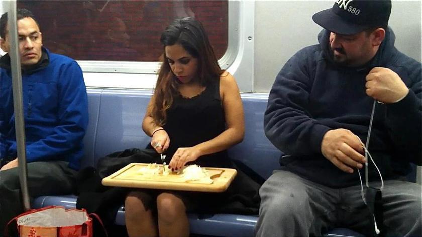 Van, aki szereti a metróutat hasznosan eltölteni, spórolva az otthoni feladatokra fordított időn.
