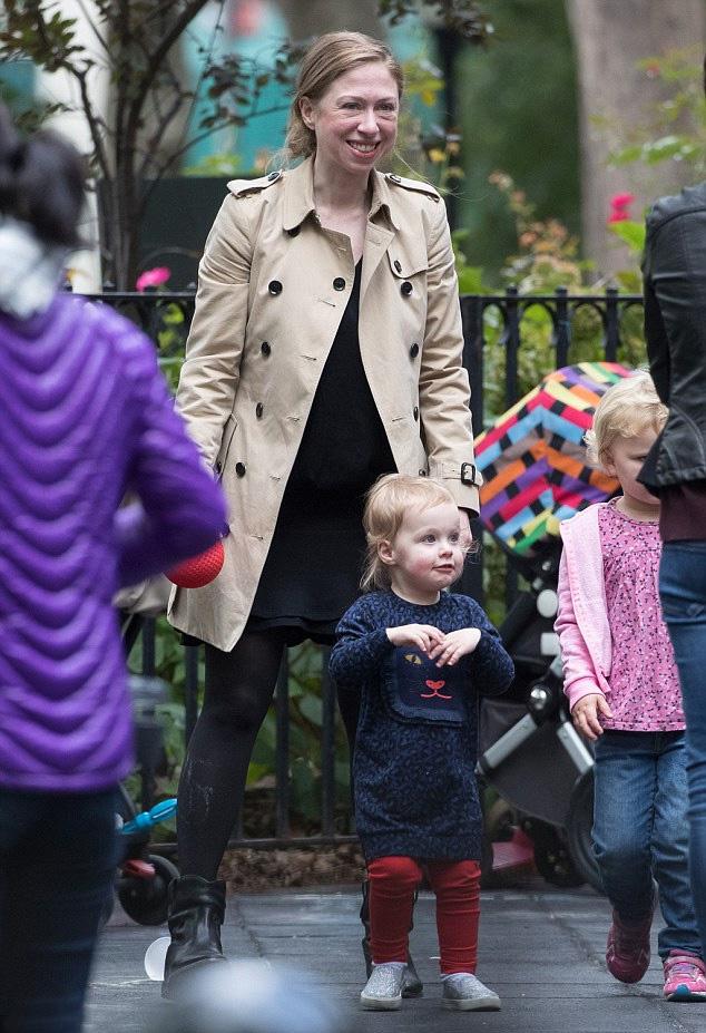 A kis Charlotte imádnivaló csöppség: így örül, hogy megérkeztek a játszótérre.
