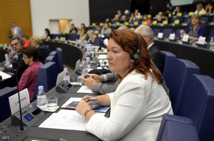 Bocskor Andrea a Fidesz EP-képviselője az Európai Parlament (EP) néppárti frakciójának ülésén