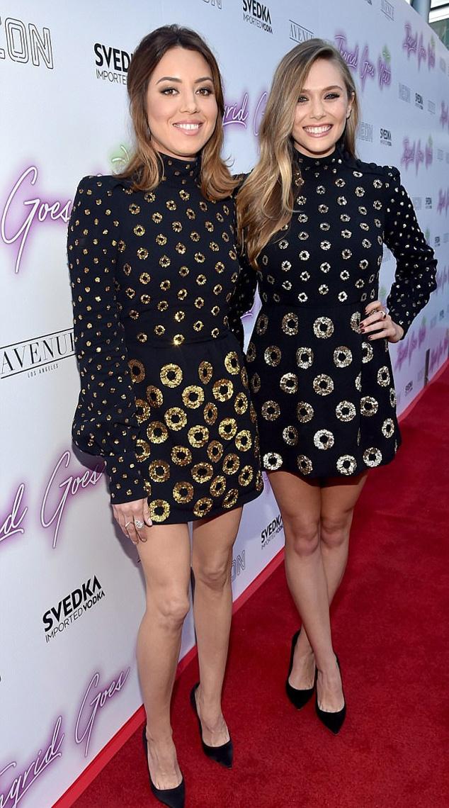 Aubrey Plaza és Elizabeth Olsen ugyanazt a ruhát választották ki: a különbség csak annyi volt, hogy Aubrey szettjét arany, míg Elizabeth-ét ezüst körök díszítették.