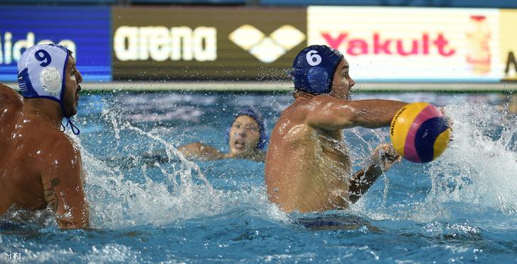 A görög Konsztantinosz Murikisz és Hosnyánszky Norbert (j) a férfi vízilabdatorna elődöntőjében játszott Görögország - Magyarország mérkőzésen