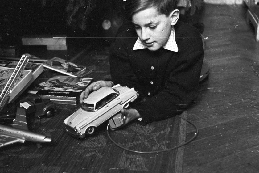A törpe Moszkvics minden fiú álma volt, de titokban a kislányok is vágyakoztak rá. A lendkerekes verziót hátrahúzva robogott a kisautó.