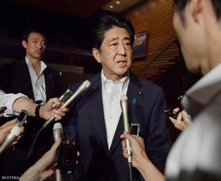 Abe Sindzo japán miniszterelnök nyilatkozik a sajtónak július 28-án