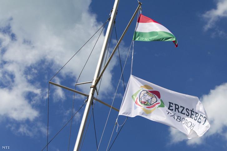 A zánkai Erzsébet Üdülőközpont és Tábor zászlója egy hajón