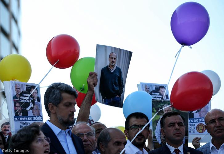 Tüntetés a bebörtönzött újságírókért az istanbuli központi bíróság épülete előtt.