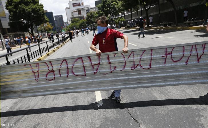 Ellenzéki tüntető Caracasban a választások alatt.
