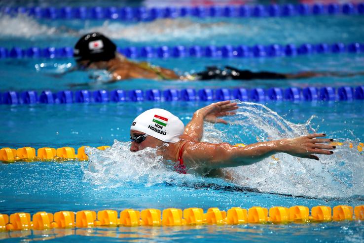 Ezután következett Hosszú Katinka legjobb száma a 4x100 méteres vegyesúszás, ahova a legjobb idővel kvalifikálta magát a döntőbe.